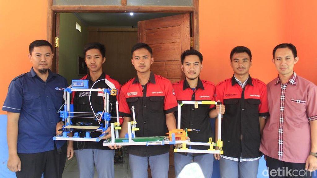 Siswa SMKN 2 Cimahi membuat printer tiga dimensi (3D) dengan harga yang lebih terjangkau. (Yudha Maulana/detikcom)