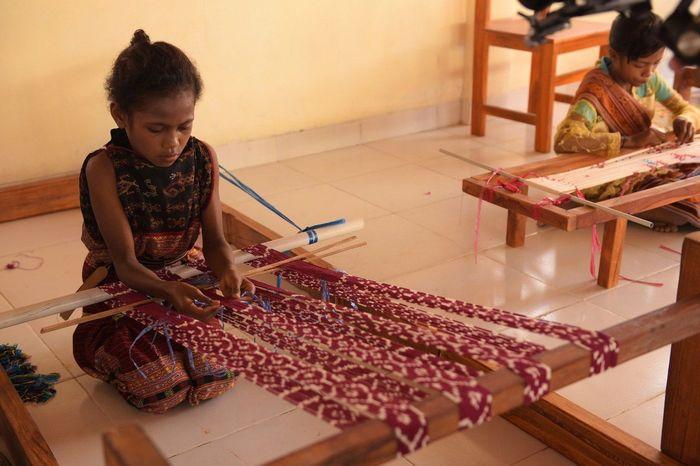Sejumlah siswa binaan sedang menenun di ruang kelas sekolah baru yang diresmikan oleh Yayasan Pendidikan Astra-Michael D. Ruslim/YPA-MDR. Istimewa/YPA-MDR.