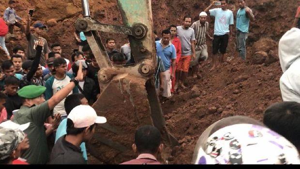 Jasad korban ditemukan tertimbun di kedalaman hingga 4 meter.
