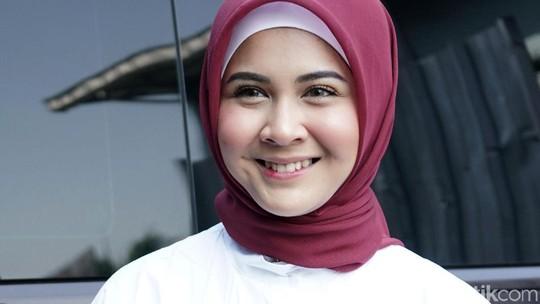 Senyum Kesha Ratuliu saat Curhat soal Hijab dan Tunangan