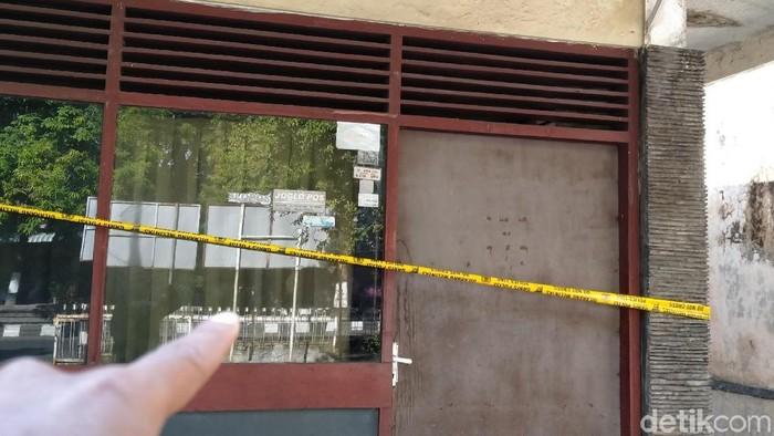 Kantor Korpri Klaten dipasangi garis polisi. Foto: Achmad Syauqi/detikcom
