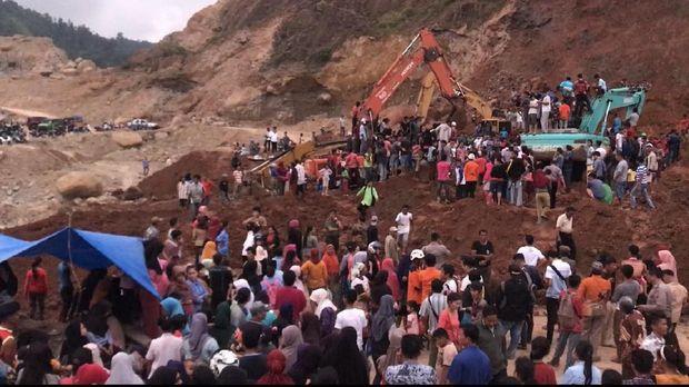 Warga yang menonton di lokasi menyulitkan proses evakuasi korban.