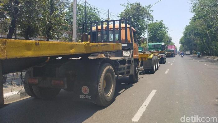 Antrean truk hingga lebih dari satu kilometer/Foto: Deny Prastyo Utomo