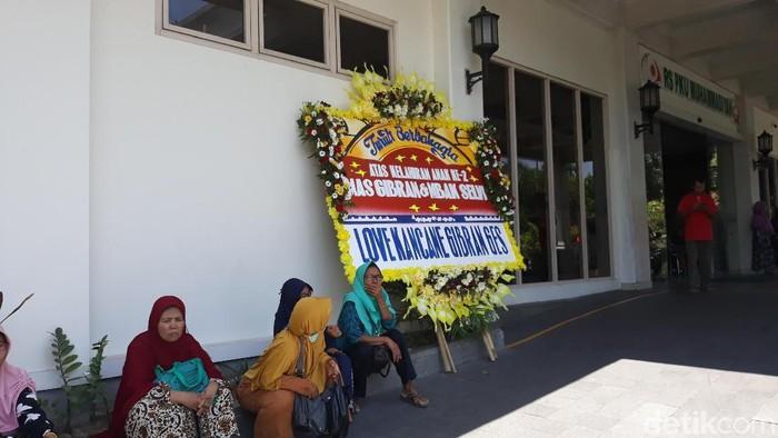 Karangan bunga dari relawan pendukung Gibran, di depan RS PKU Muhammadiyah Solo, Jumat (15/11/2019). Foto: Bayu Ardi Isnanto/detikcom