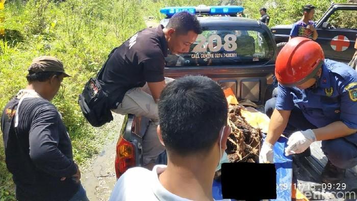 Evakuasi kerangka yang ditemukan di lereng Gunung Merapi, Klaten. Foto: Achmad Syauqi/detikcom