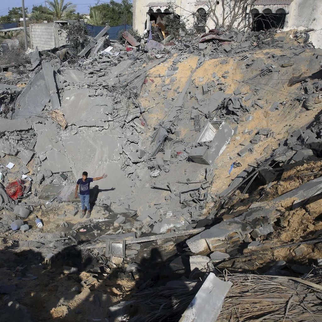 Kawah Menganga di Gaza Akibat Serangan Israel