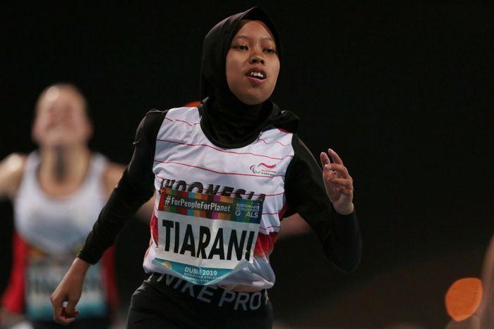 Pelari Indonesia, Karisma Tiarani berlomba pada nomor final lari 100 meter putri T63 pada Kejuaraan Dunia Para Atletik 2019 di Dubai, Rabu (13/11/2019) malam. Karisma berhasil memecahkan rekor dunia dengan catatan waktu 14,72 detik. ANTARA FOTO/REUTERS/Christopher Pike.