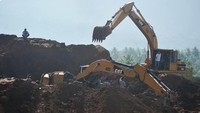Longsor area penambangan tanah clay terjadi pada Kamis (14/11/2019) siang. Tanah tiba-tiba bergerak dan menimpa escavator dan dum truk yang sedang melakukan loading tanah.