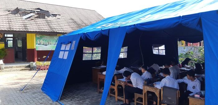 Foto: Atap sekolah di Banten rusak, siswa belajar di tenda (Bahtiar Rivai/detikcom)