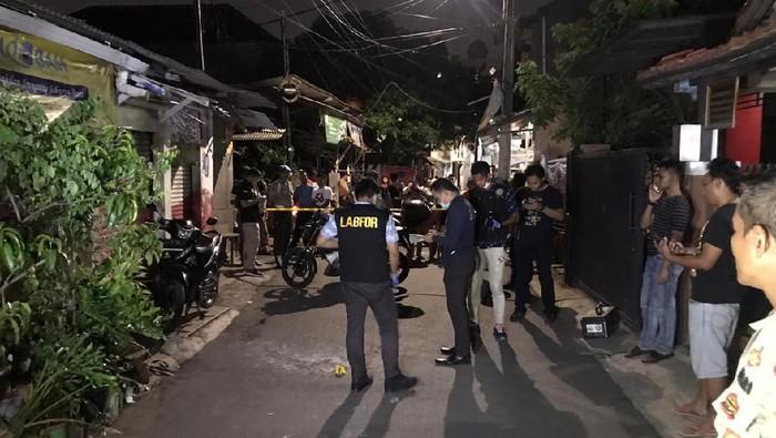 Foto: Polisi olah TKP di lokasi penyiraman air keras di Kembangan (Rolando/detikcom)