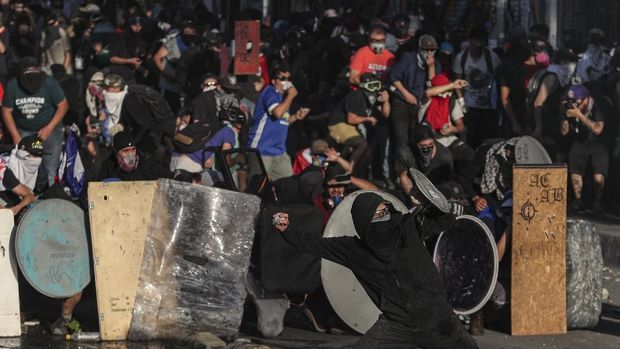 Bentrokan antara demonstran dan polisi di Chile