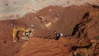 Alat berat masih melakukan pencarian potongan tubuh korban akibat longsornya tambang tanah clay, di Gunung Sariak, Padang, Sumatera Barat, Jumat (15/11/19).