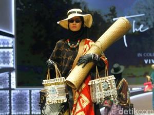 Gebrakan Vivi Zubedi, Desainer Abaya yang Kini Jual Tas dari Rumput