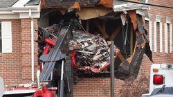 Kecelakaan, Porsche Sampai Terbang Jebol Lantai Dua Bangunan