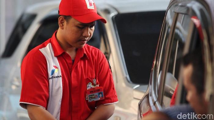 Warga membeli bbm subsidi jenis premium di SPBU Pertamina, Otista, Jakarta Timur, Jumat (15/11/2019). Pertamina berharap penyaluran BBM Bersubsidi tepat sasaran. Sebab yang terjadi di lapangan hingga kini BBM Bersubsidi masih banyak dikonsumsi oleh masyarakat yang secara ekonomi tergolong mampu.