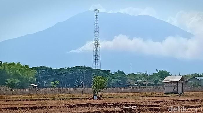 Gunung Lawu yang mengepulkan asap/Foto: Sugeng Harianto