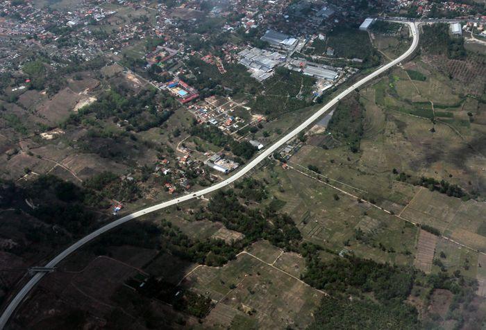 Foto udara ruas Jalan Tol Trans Sumatera (JTTS) dikawasan Provinsi Lampung, Lampung, Jumat (15/11/2019). ANTARA FOTO/Muhammad Iqbal.