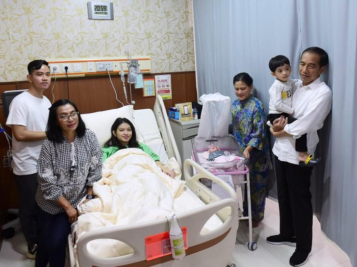 Presiden Jokowi saat menengok cucu ketiganya La Lembah Manah di Solo. (Foto: Kris/Biro Pers Setpres)