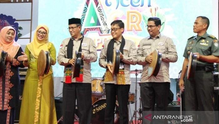 Kepala Dinas Pertanian dan Perkebunan (Distanbun) Aceh A Hanan (dua dari kanan) bersama sejumlah pejabat Kementerian Pertanian dan Pemerintah Aceh saat pembukaan Aceh Agro Expo 2019. (Foto: Antara/Khalis)
