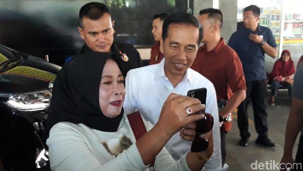 Tinggalkan RS PKU, Jokowi dan Jan Ethes Bagikan Kaus