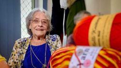 Di Usia 92 Tahun, Perempuan Ini Jahit 20.000 Baju Untuk Anak-Anak India