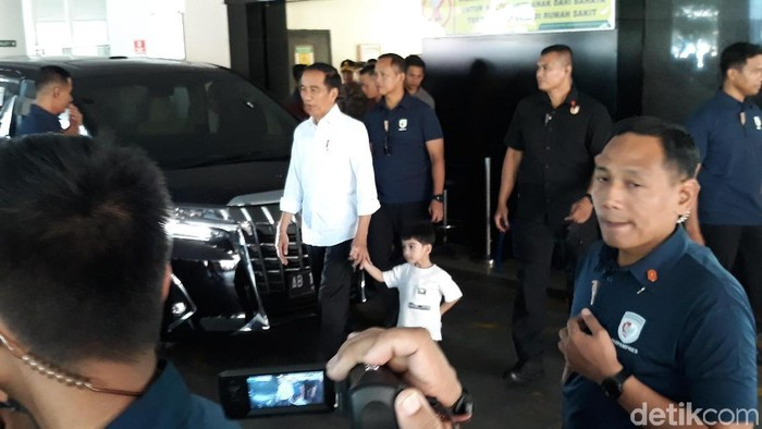 Jokowi dan Jan Ethes keluar dari RS PKU Muhammadiyah Solo, Sabtu (16/11/2019). Foto: Bayu Ardi Isnanto/detikcom