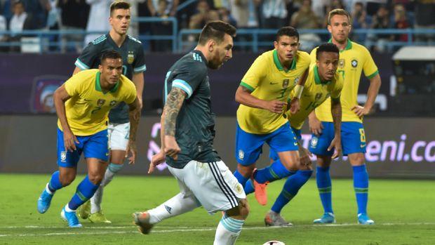 Lionel Messi mencetak gol kemenangan Argentina atas Brasil 1-0. (