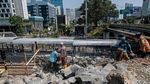 Jelang Musim Hujan, Tanggul Banjir Kanal Barat Diperkuat