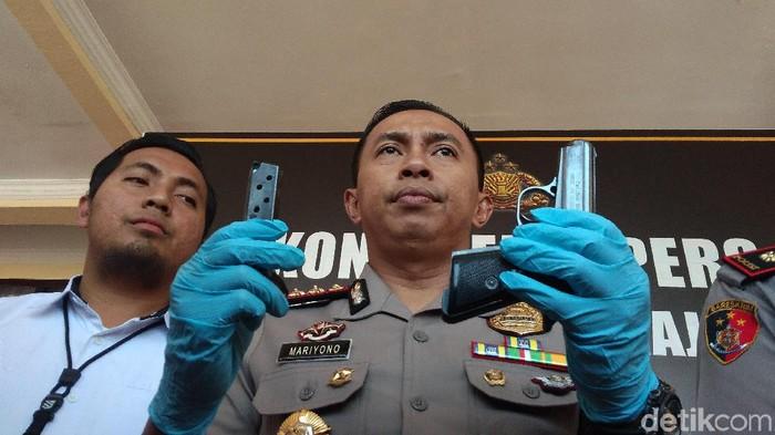 Kapolres menunjukkan pistol yang dipakai Irfan menembak Panji/Foto: Sudirman Wamad