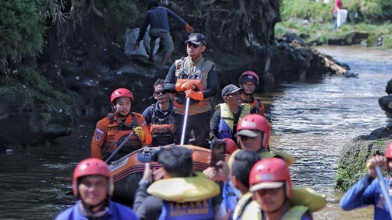 Bima Arya Bareng Ratusan Warga Bogor Bersih-bersih Sungai Ciliwung