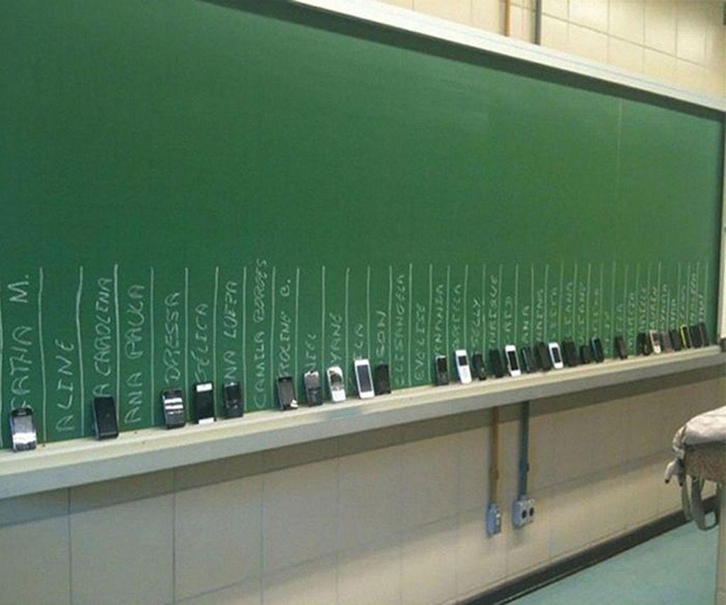 Ponsel disita saat ujian. (Foto: Boredpanda)