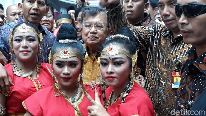 Jusuf Kalla berfoto bersama penari usai menghadiri Mubes KKSS di Solo, Sabtu (16/11/2019). Foto: Bayu Ardi Isnanto/detikcom