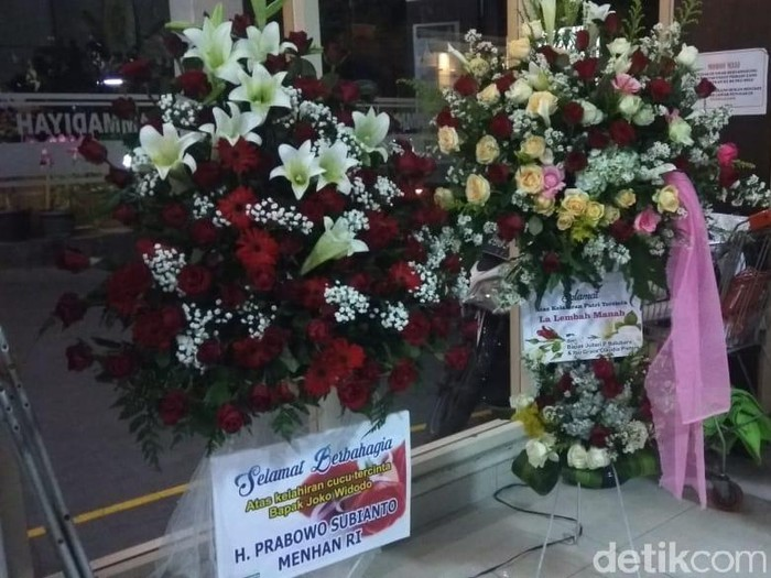 Karangan bunga dari Menhan Prabowo untuk cucu ketiga Jokowi, di RS PKU Muhammadiyah Solo, Sabtu (16/11/2019). Foto: Eko Susanto/detikcom