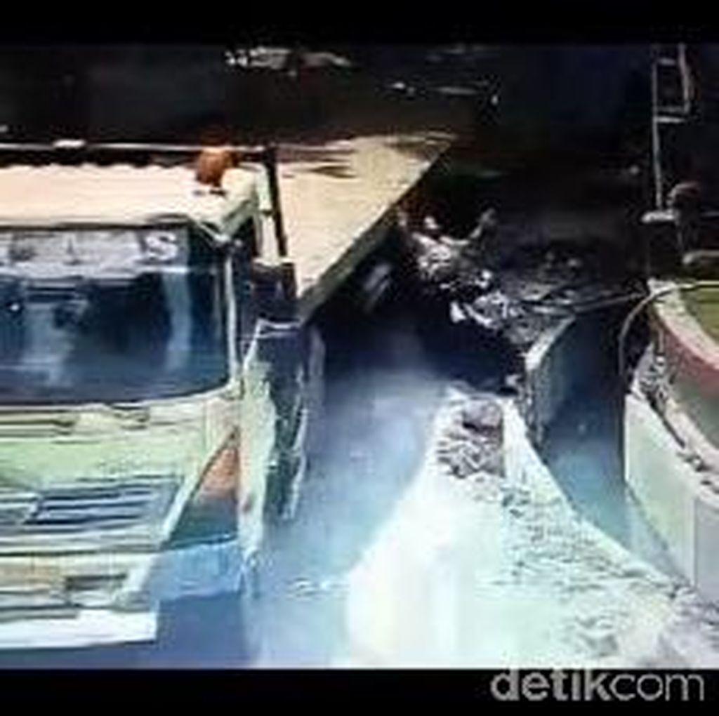 Kasihan, Wanita Hamil Ini Terlempar ke Saluran Air Setelah Disenggol Truk