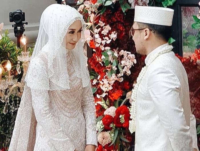 Foto Dian Pelangi menikah dengan Sandy Nasution saat menikah. Foto: Instagram