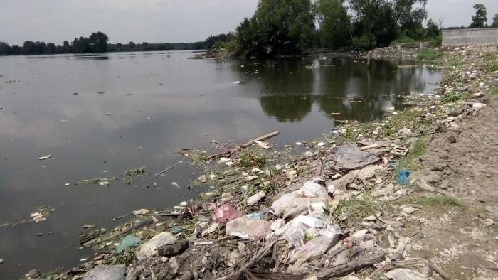 Kondisi terbaru Danau Siombak yang masih mengeluarkan bau tak sedap. (Ahmad Arfah/detikcom)