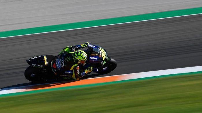 Valentino Rossi mengakui sulit untuk comeback dari posisi start ke-12 di balapan MotoGP Valencia. (Foto: Pierre-Philippe Marcou / AFP)