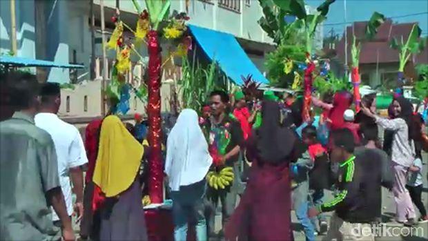 Uniknya Perayaan Maulid Nabi di Mamuju, Ada 150 Batang Pisang Hiasi Jalanan