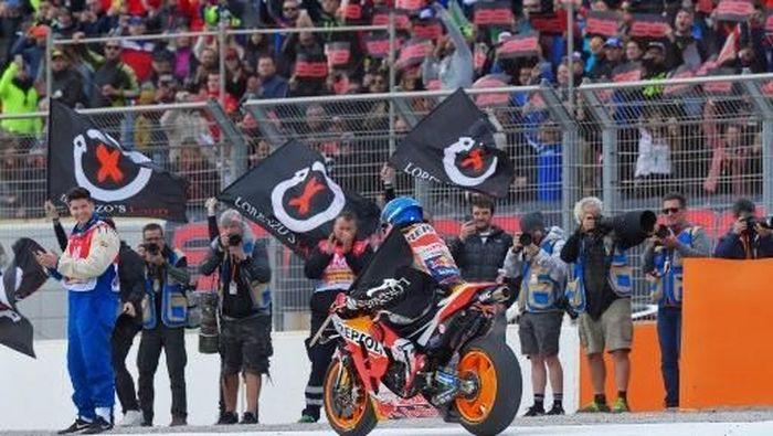 Jorge Lorenzo menutup karier sebagai pebalap di MotoGP Valencia. (Foto: JOSE JORDAN / AFP)