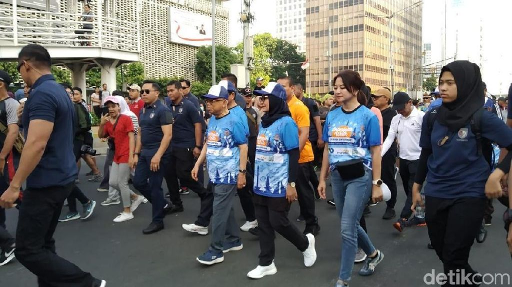 Berpakaian Sporty, Maruf Amin Ikut Acara Jalan Pagi di CFD