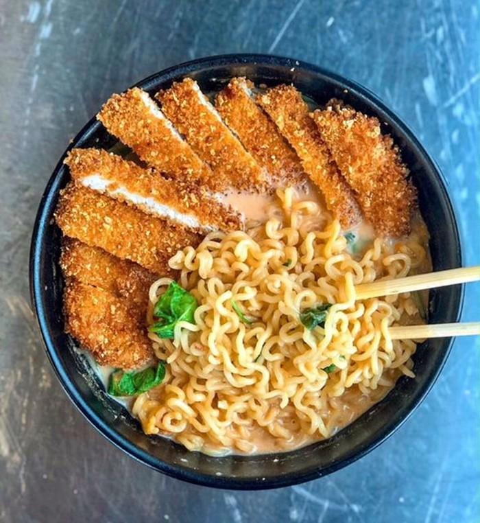 Ramyun atau mie instan Korea makin murah dan mudah didapat. Kalau punya sisa ayam goreng bisa ditambahkan jadi topping dan nikmati kuah hangat gurihnya. Foto : Instagram @spoonrisekingdom