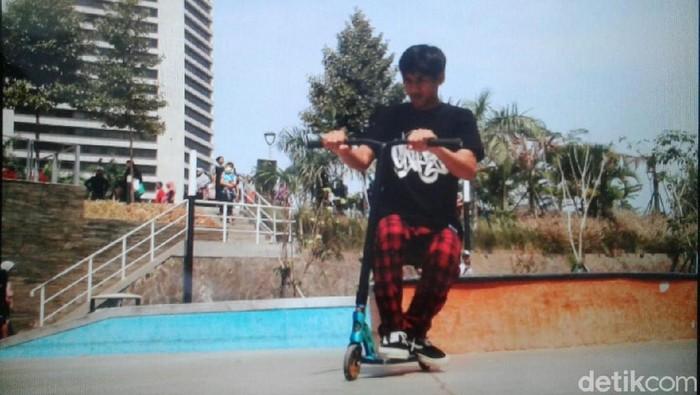 Salah seorang pengunjung CFD mengendarai skuter otopet freestyle (Foto: Nurul Khotimah/detikHealth)