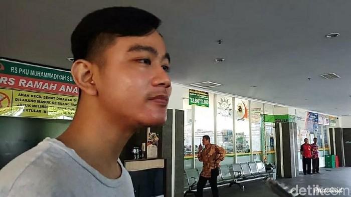 Gibran Rakabuming Raka di RS PKU Solo, Minggu (17/11). (Bayu Ardi Isnanto/detikcom)