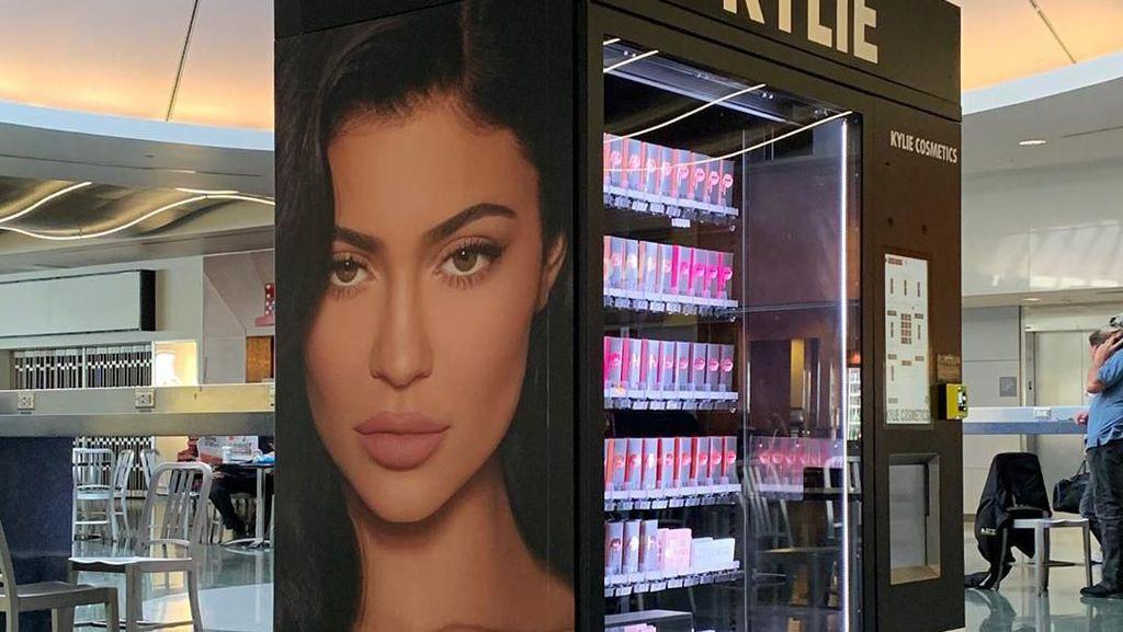 Unik, Kylie Jenner Jual Kosmetik di Vending Machine