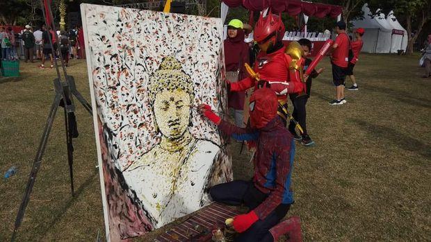 Ramaikan Borobudur Marathon, Seniman Pakai Kostum Superhero