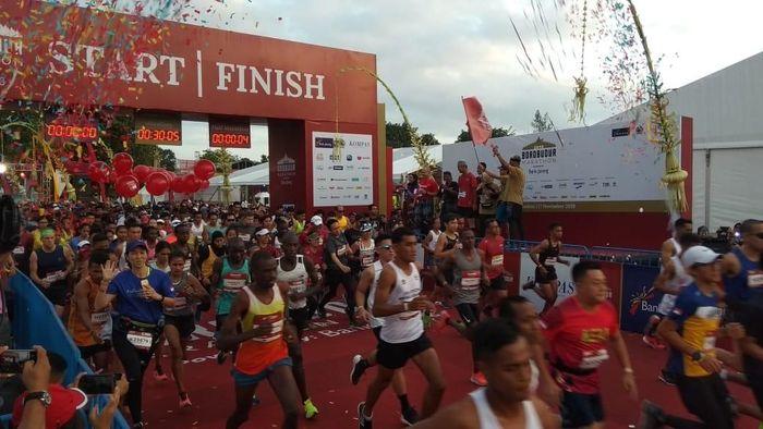 Peserta Borobudur Marathon 2019 dilepas oleh Gubernur Jawa Tengah Ganjar Pranowo (Foto: Eko Susanto/detikSport)