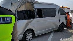 Toyota Hiace Pecah Ban di Tol Ngawi, Satu Orang Tewas dan Enam Luka
