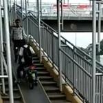 Ada Petugas, Pemotor Mundur Tak Jadi Lewat Jembatan Penyeberangan