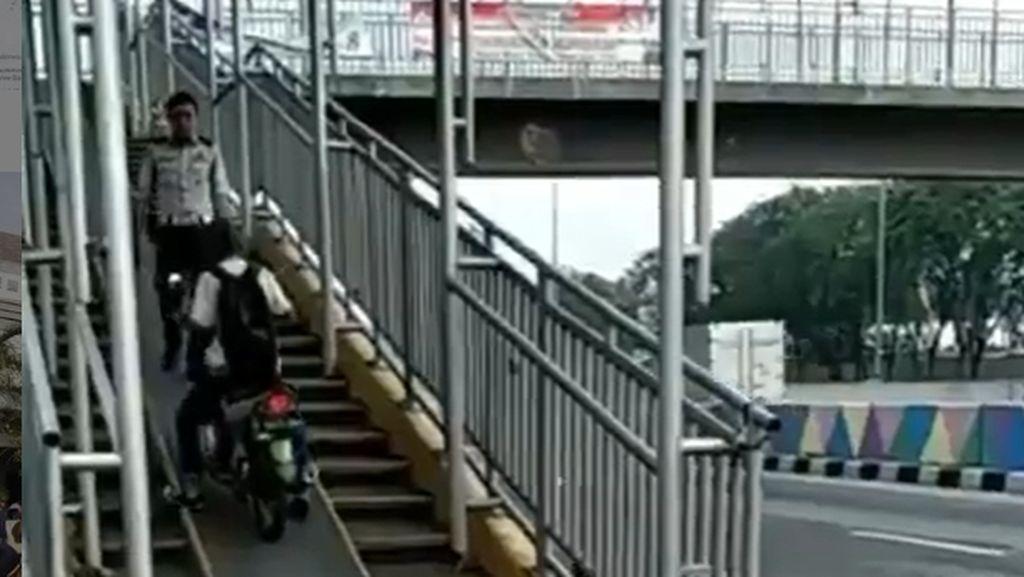Pemotor Nekat Lewat Jembatan Penyeberangan, Bagaimana Sanksinya?