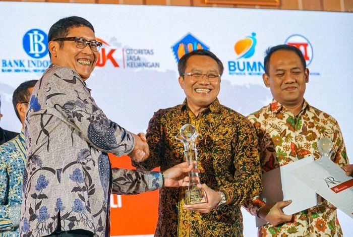 Penghargaan diserahkan kepada Dirut PT PJB Iwan Agung Firstantara di Gedung Dhanapala, Jakarta, Kamis (14/11/2019). Istimewa/PLN.